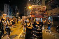 Mediemogulen Jimmy Lais supportrar på gatorna i Hongkong i samband med att han släpptes från en polisstation i augusti efter det att han hade gripits med stöd av den nya säkerhetslagen.