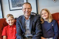 """""""Jag är glad och stolt över att vara första svensken i rymden"""", säger Christer Fuglesang till juniorreportrarna Arvid och Annie."""