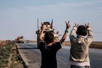 Amerikanska stridsfordon, som befunnit sig i Irak sedan ett par veckor, rullar in i Qamishli på väg mot oljefälten i Dayr al-Zor den 26 oktober.