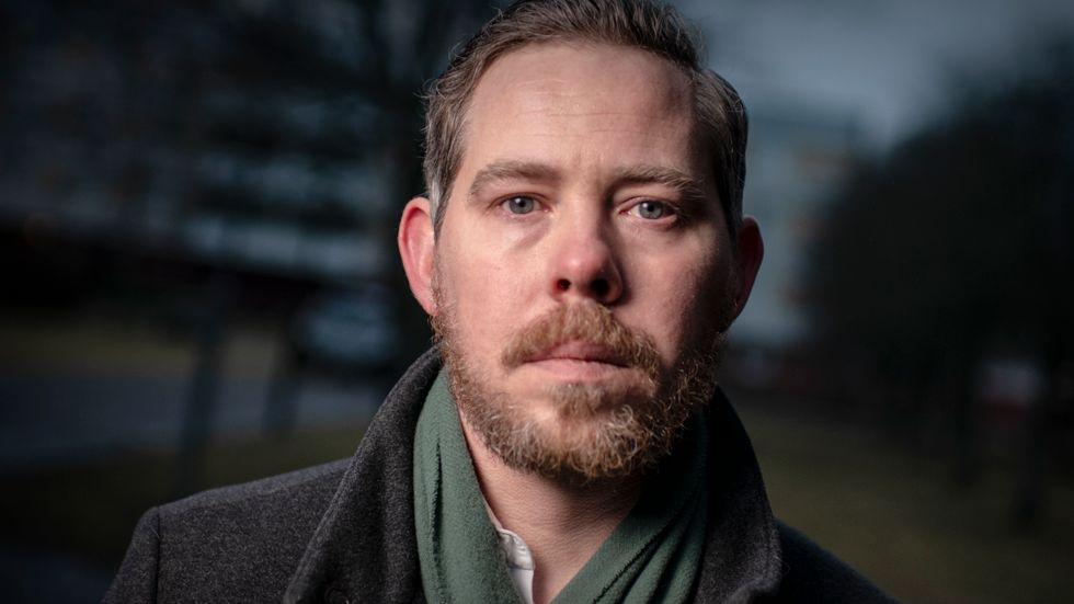 Eric Rosén skriver om sin älskade far – som dödade en annan människa.