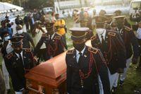 Poliser bär kistan med den mördade presidenten Jovenel Moïse till sista vilan i Cap-Haïtien.
