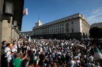 Demonstranter utanför parlamentet i Bulgariens huvudstad Sofia.