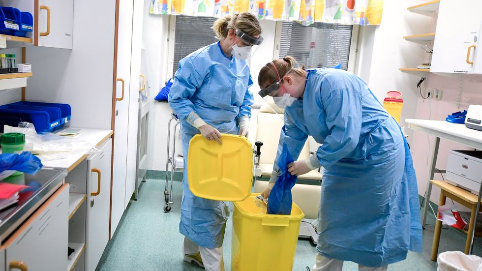 Vårdpersonal på infektionskliniken i Kalmar visar upp sin skyddsutrustning tidigare i februari.