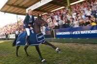 Peder Fredricson rider ärevarv efter den efterlängtade segern i Falsterbos GP. Men känslige All In slapp uppståndelsen. Firade gjorde han med Cute, hästen han rider lördagens derby på.