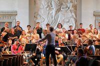 """Adolf Fredriks kammarkör repeterar """"Uppbrott"""" med orkester och solister."""