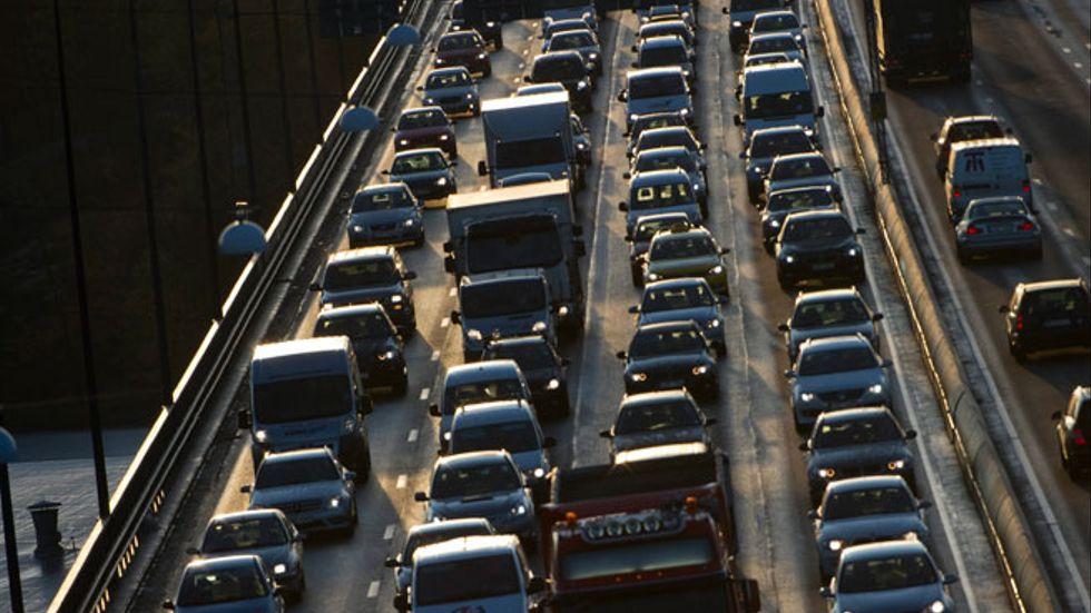 I stället för att satsa på kollektivtrafiken har den moderatledda majoriteten valt att satsa pengarna från trängselavgifterna på mer bilism, skriver Miljöpartiet.
