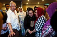 Malaysias premiärminister Najib Razak, vänster, möter anhöriga till MH17 passagerare.