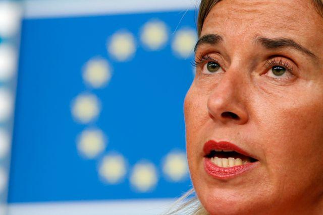 EU:s utrikesrepresentant Federica Mogherini får kritik för att vilja försvaga EU:s motåtgärder mot rysk desinformation.