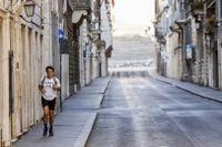 En man joggar i ett nästan folktomt Rom på påskdagen.