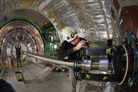 Tekniker utför en inspektion av en av den 27 kilometer långa partikelacceleratorn LHC:s delar i januari i år.