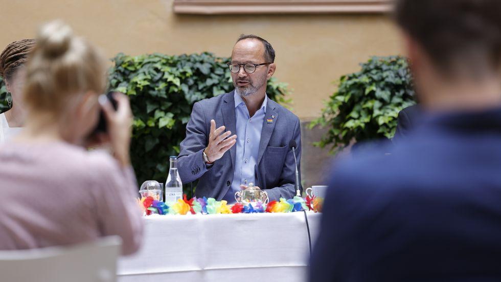 Infrastrukturminister Tomas Eneroth (S) under pressträff med sommarregeringen.