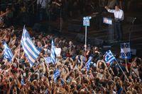 Greklands premiärminister håller tal i Aten under fredagskvällen.