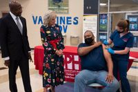 Presidentfrun Jill Biden och senator Raphael Warnock besöker en vaccinationsmottagning i Savannah, Georgia, den 8 juli. Vaccinskepsis är ett utbrett problem i USA:s söder.
