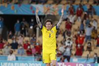 Victor Nilsson Lindelöf jublar efter 0–0-matchen mot Spanien i Sevilla.