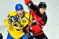 Kanadas Karl Stollery, till höger, mötte Tre Kronor och Alexander Bergström under en träningsmatch inför OS i Pyeongchang förra året. Arkivbild.