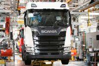 Det har varit hårt tryck i Scanias fabriker när bolaget försökt få ut alla lastbilar som kunderna beställt. Men just nu är produktionen stängd för semester.