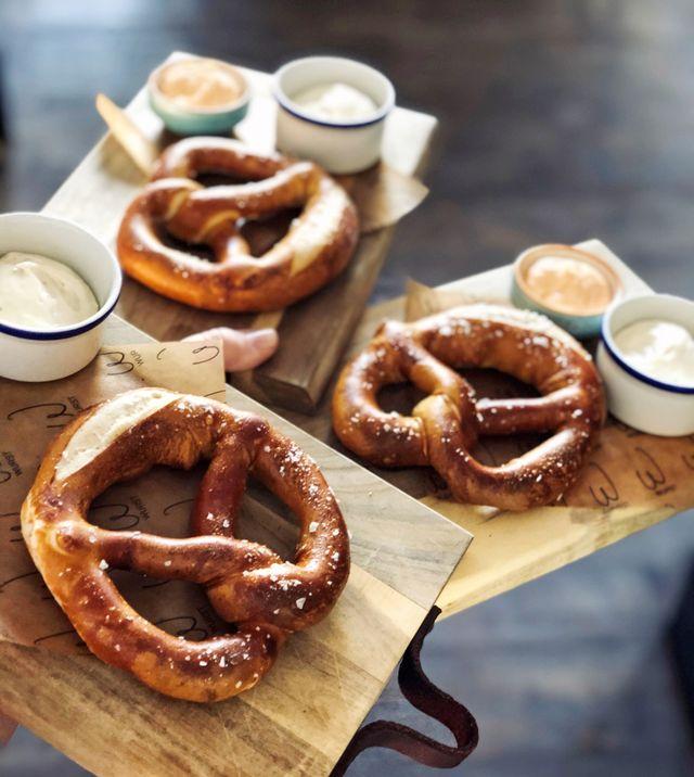 Inte enbart korv. Trots namnet serverar Würst även andra tyska godsaker, som pretzels.