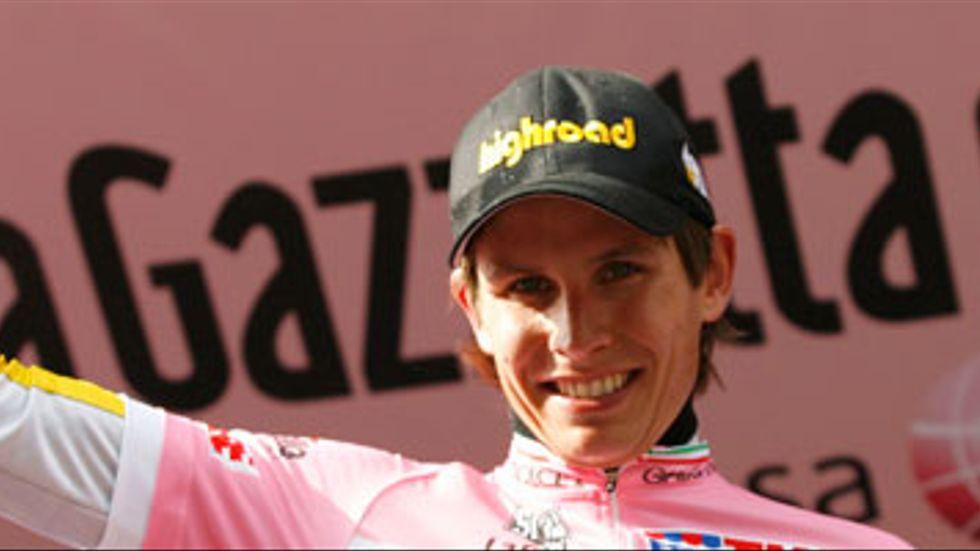 Thomas Lövkvist i den rosa ledartröjan.