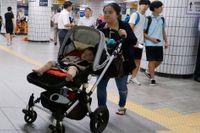 En kvinna med barnvagn på tunnelbanestationen Yoido i Seoul. Arkivbild.