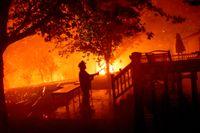 En brandman i Vacaville, i den amerikanska delstaten Kalifornien, kämpar mot lågorna.