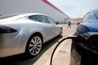 Omställningen till en eldriven bilpark kommer att kräva stora volymer av litium som används i tillverkningen av laddbara batterier. Arkivbild från Teslas Gigafactory i Nevada.