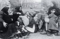 Tyska kvinnor och barn som flytt från sina hem i Ostpreussen undan den ryska invasionen. Fotografi från omkring 1914.