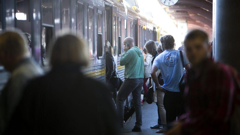 Det krävs strategier för att hantera en ökning av kollektivtrafikresande med större trängsel än acceptabelt under pandemin, skriver artikelförfattarna.