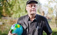 """""""Utomhus undervisar man i en autentisk miljö och undviker andrahandsupplevelser"""", säger Anders Szczepanski. Jordgloben har han med sig på sina föreläsningar, bland annat som en symbol för det gränslösa lärandet."""