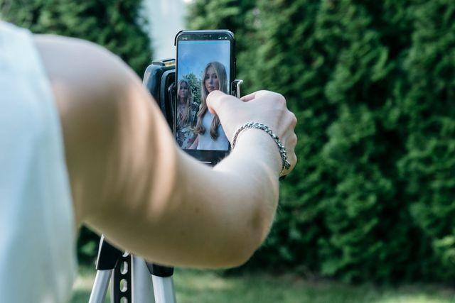 Stativ till mobilen är bra att ha när man filmar.