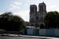 Katedralen Notre Dame i Paris döljs av höga avspärrningar. Bakom dem ska området blysaneras.
