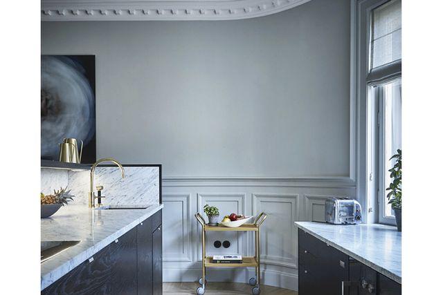 Köket blickar mot matsalen och är specialbyggt i wenge och marmor.