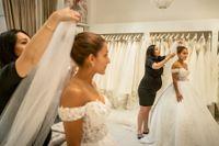 Daniella Chamoun provar sin klänning hos Nahrin Izar som driver butiken Milagro i Stockholm.