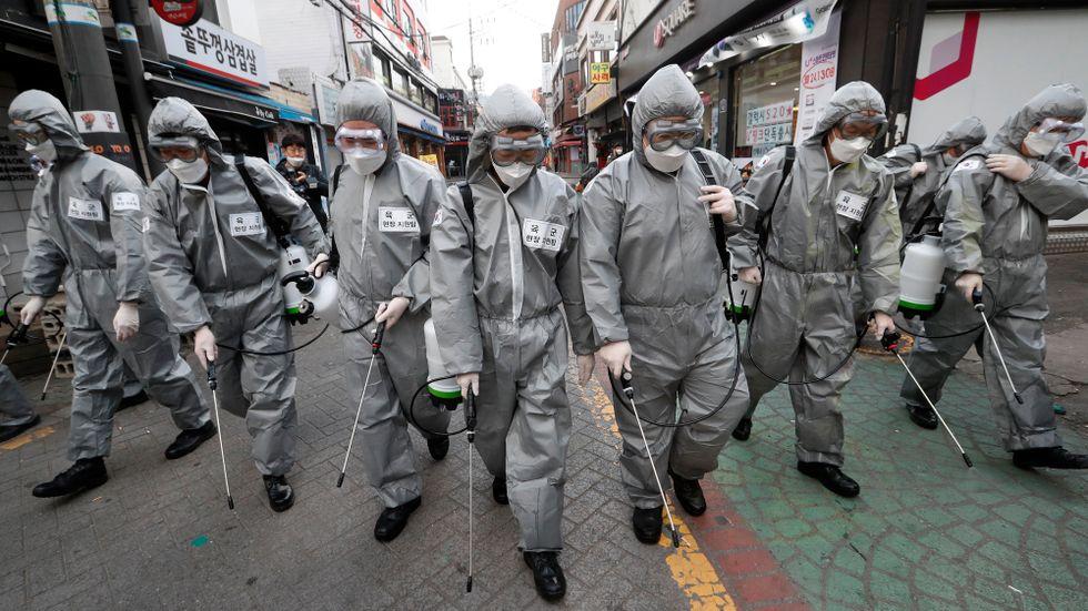 I Sydkoreas huvudstad Seoul desinficeras gator för att stoppa viruset som FN säger hotar hela mänskligheten. Arkivbild.
