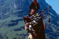 Man spelar säckpipa i Skottland.