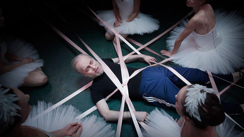 """Robert Fux i rollen som Freud fångas in i ballerinornas värld i """"Freuds anatomiska teater""""."""