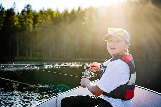 Tålamod är viktigt. Ju längre man är ute och fiskar desto större chans är det att få fisk, förklarar Isak. Foto: Erik Simander