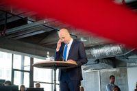 Reinfeldt måste akta sig för att bli för dyster, menar retorikexperten Lena Lid Falkman.