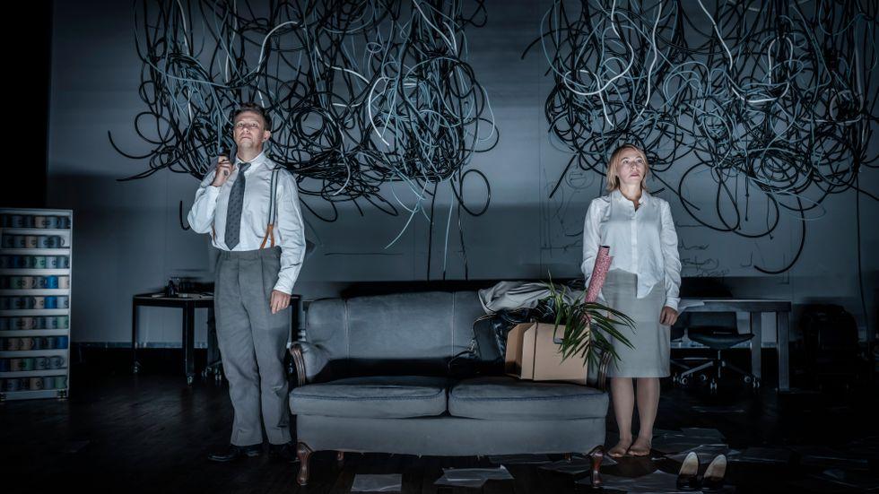 """Anders Johannison och Frida Hallgren i """"Chefen""""."""