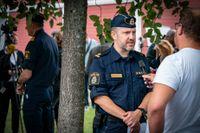 Poliser intervjuas efter skjutningen på Gamlegården i Kristianstad.