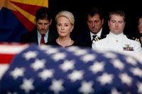 Cindy McCain, änka efter den amerikanske senatorn John McCain som avled i helgen, tillsammans med sonen Jack under onsdagens minnesceremoni som ägde rum i delstaten Arizonas huvudstad Phoenix.