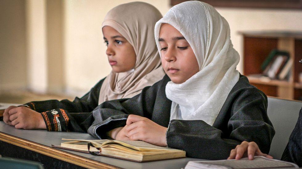 Muslimska flickor läser koranen.