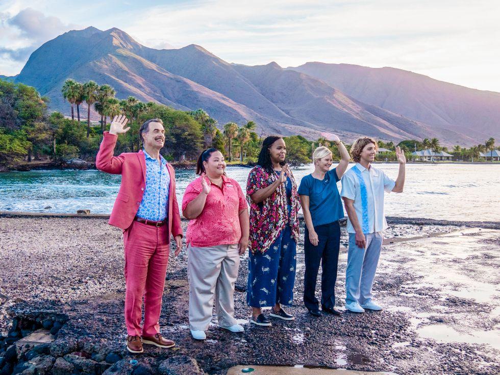 Hotellchefen Armond med personal på det femstjärniga hawaiianska hotellet vinkar  ett båtlass med VIP-gäster välkomna ön.