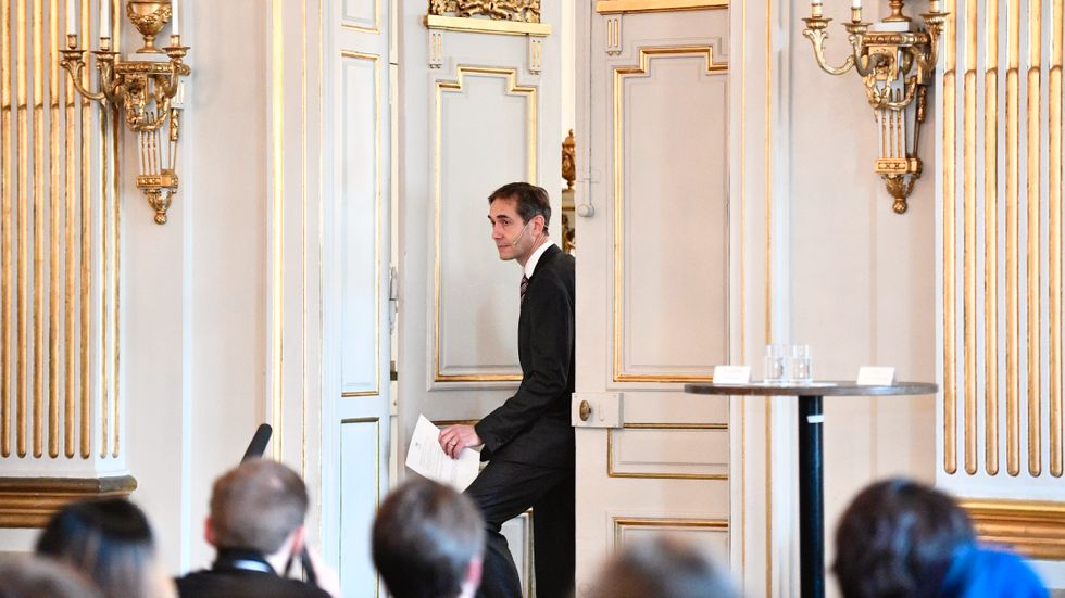 Svenska Akademiens ständige sekreterare Mats Malm öppnar dörren till börssalen för att tillkännage pristagaren.