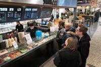 Restaurang Slimfood i köpcentret Nordstan i Göteborg. Ägaren Abbas Zabihi tycker inte att det är svårt att få tag på villiga sommarjobbare – men desto svårare att hitta rutinerad personal.