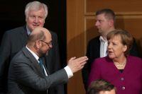 Martin Schulz (SPD) och Angela Merkel (CDU) anländer till nya förhandlingar.