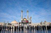 Iranier köar för att rösta i fredagens val.