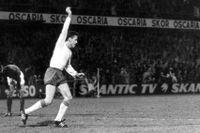 Ove Kindvall jublar efter ett av sina två mål mot Frankrike 1969. Målen, som tog Sverige till VM, gav honom sedan Bragdguldet.