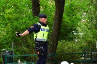 Poliens tekniker arbetar efter att två män skjutits i Hjulsta i nordvästra Stockholm. Polisen hittade de två allvarligt skadade personerna på en innergård, varav en person nu har avlidit av sina skador.