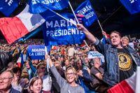 Le Pen-sympatisörer visar sitt stöd för den högerextrema kandidaten.