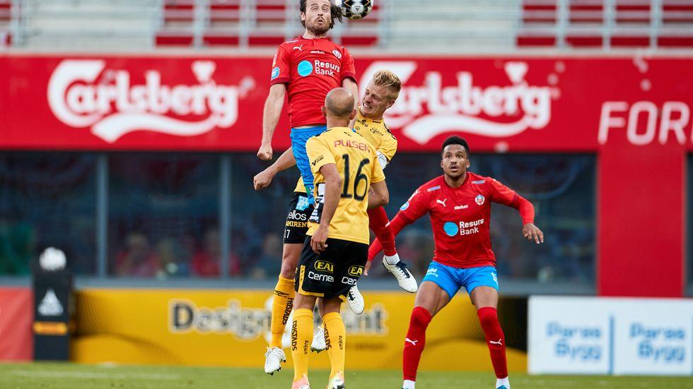 Helsingborgs nyförvärv Mix Diskerud debuterade i 0–0-matchen mot Elfsborg och når här högst i luften.